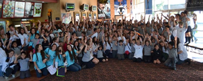 Voluntarios y niños antes de entrar a la película