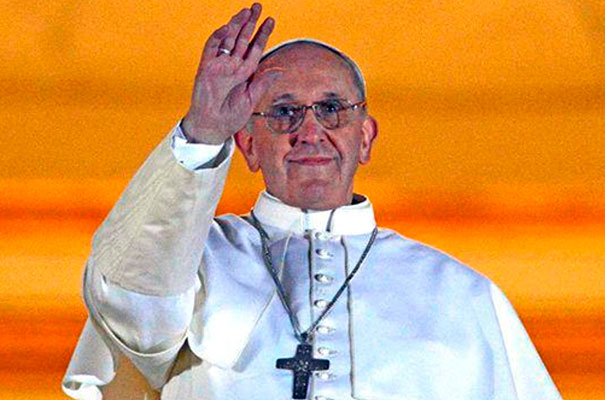 El Papa Francisco sale al balcón central de la basílica de San Pedro.