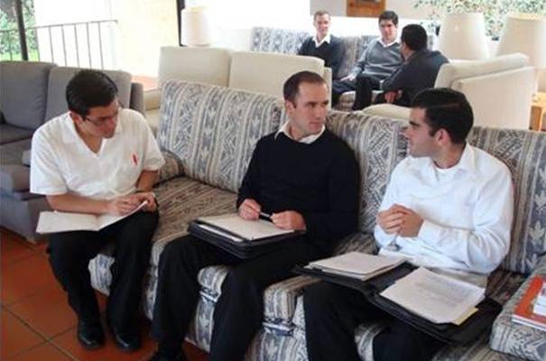 Durante el cursillo de preparación, discuten y profundizan en temas que les ayudarán a trabajar para servir mejor a los demás.