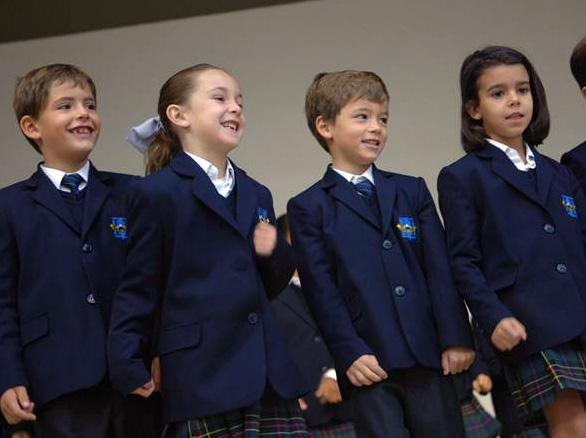 Algunos alumnos del Highlands School que estrenarán instalaciones el próximo curso.
