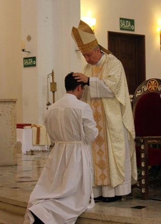 El P. Juan Pablo Durán, L.C., recibe la imposición de manos de Mons. Córdoba, S.J.