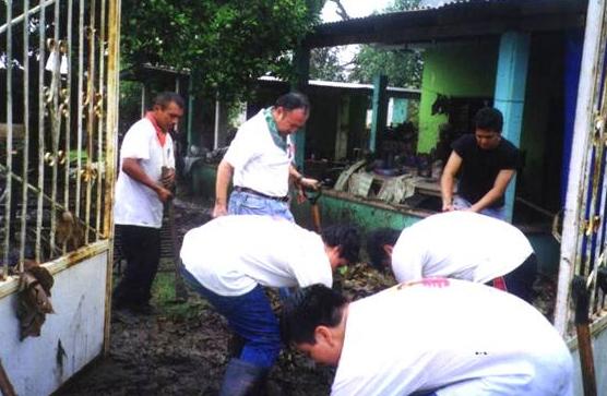 Juventud y Familia Misionera de Xalapa realizó trabajo de limpieza en la zona afectada.