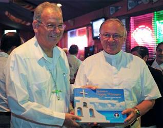 Mons. Pedro Pablo Elizondo, obispo de la Prelatura, regala a Mons. Zygmunt Zimowski, presidente del Pontificio Consejo para los Agentes Sanitarios, el libro conmemorativo.