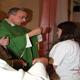 P. Alberto Avi, L.C. impone la croce missionaria.