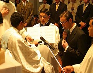José Antonio Dávila recibe el crucifijo el día de su consagración
