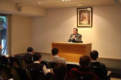 José Antonio Dávila durante una predicación a los miembros consagrados