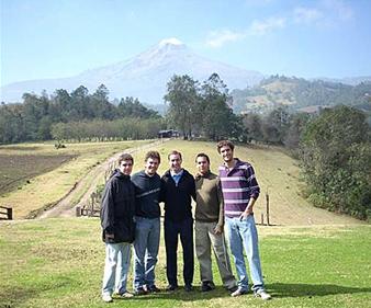 José Antonio Dávila (centro) con algunos jóvenes del Regnum Christi en Chilapa, Veracruz