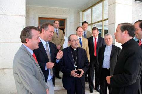 Jorge López y otros consagrados con el Delegado Pontificio, el padre Álvaro Corcuera y el padre Gianfranco Ghirlanda en la sede de la dirección general;
