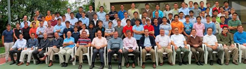 Foto de grupo de los consagrados que desarrollan su apostolado en la Ciudad de México y algunos jóvenes que estudian en el Centro Estudiantil.