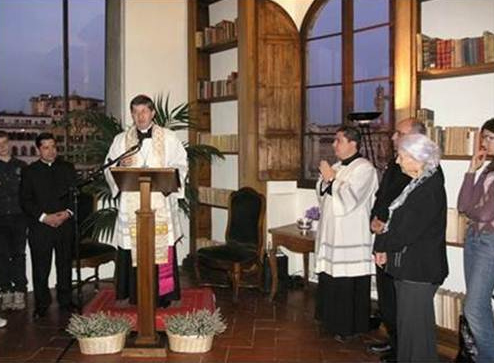 Monseñor Giuseppe Betori, arzobispo de Florencia, durante la bendición del centro �Juan Pablo II� del Regnum Christi.