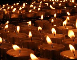 Alrededor de un millar de velas se suelen ver cerca del altar, la noche de la misión.