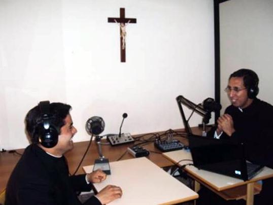 La evangelización por la radio permite llegar a las personas de una manera dinámica sobre los contenidos relacionados a la fe y los valores.