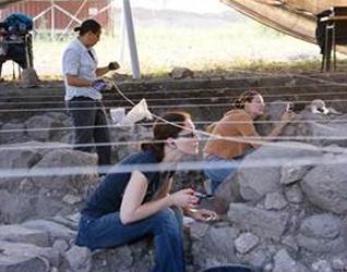 Algunos voluntarios durante su trabajo en las excavaciones