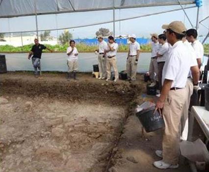 Los hermanos novicios de Dublín reciben instrucciones para su trabajo en las excavaciones.