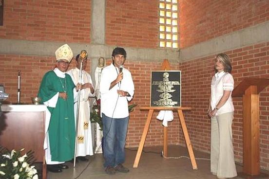 Mons. Fernando Castro, obispo auxiliar de Caracas, bendice la placa conmemorativa de la inauguración y bendición del nuevo edificio.