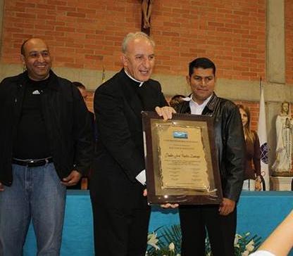 El P. José Carlos Zancajo, L.C., muestra la placa otorgada por el Consejo Municipal El Hatillo para la ocasión.