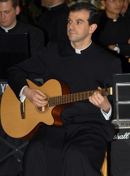 Al P. Nicola Tovagliari, L.C., además de dar clases en el Ateneo, le gusta practicar la música y cantar.
