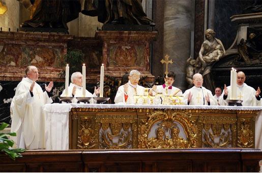 Un momento de la concelebración en la Basílica de San Pedro. De izquierda a derecha: P. Florián Rodero, P. Carlos Skertchly, Card. Giovanni Coppa, P. Juan Manuel Dueñas y P. Óscar Náder.