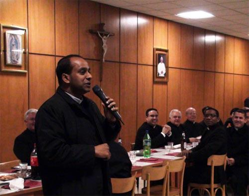 El P. Biju, uno de los primeros alumnos provenientes de la India, ofrece su testimonio durante la cena.