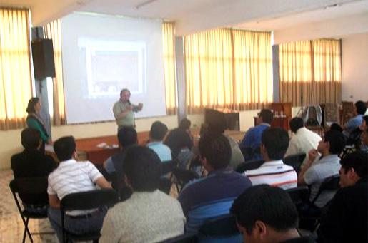La familia Torres Escobar durante la presentación del taller en el seminario arquidiocesano de Xalapa.