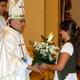 Catalina Suanzes lleva las ofrendas a Mons. César Franco.