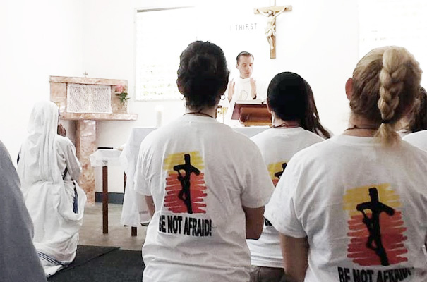 El P. Michael Mitchell, L.C. celebra la eucaristía en la capilla de las Misioneras de la Caridad, en Haití.