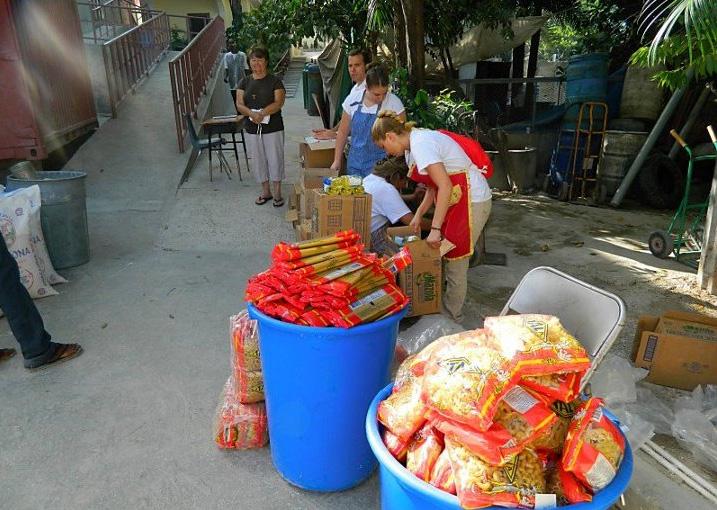 Misioneros desempacando alimentos para las familias que visitarán.