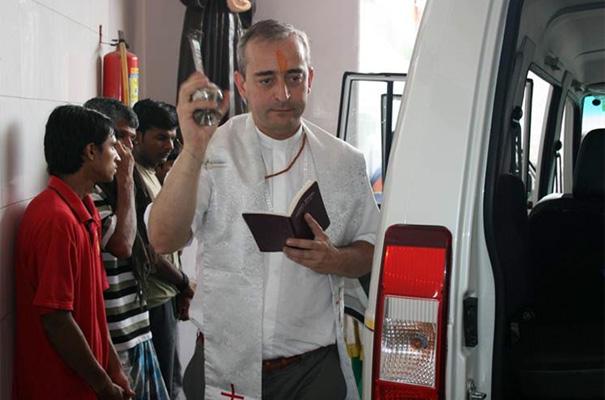 El P. Miguel Cavallé, L..C. bendice una ambulancia que ha donado la asociación VIDA a un centro asistencial de Delhi que acoge a un centenar de personas en pobreza extrema.