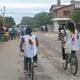 Las jovencitas misioneras en bicicleta para acortar distancias y poder visitar a más personas.