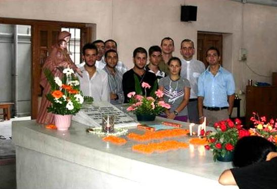 Grupo de misioneros que participaron en las misiones en Calcuta ante la tumba de Madre Teresa. Les acompañan los padres legionarios Miguel Cavallé (derecha) y Arquímedes Sánchez.