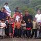 Algunos misioneros españoles con niños de los alrededores del Pico de Orizaba. Les acompaña el P. Arturo Díaz, L.C.