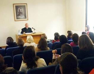 Mons. Ricardo Blázquez, visitador apostólico, hablando con consagradas del Regnum Christi que trabajan en Chile.