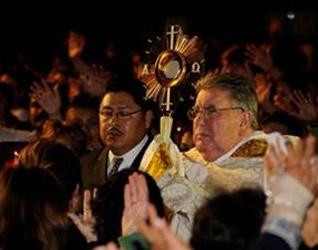 El P. Juan Díaz Vilar en el momento de la procesión de la Eucaristía.