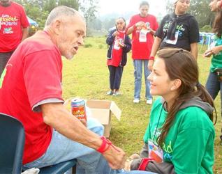 Compartiendo la comida, la alegría y la esperanza en Navidad. Fue la propuesta de estos jóvenes con los más necesitados.