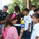 Niños de la Fundación Cuervo que forman parte del Club NET son entrevistados sobre sus actividades por una televisora de cadena nacional.