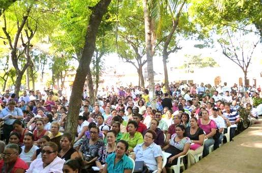 Un parque en Nicaragua fungió como sede de un curso de Escuela de la Fe, al resultar insuficiente el salón preparado para ello.
