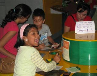 Niños de rehabilitación del CREVER, junto con jóvenes de �Contagia alegría�, en una actividad cultural en el museo interactivo de Xalapa.