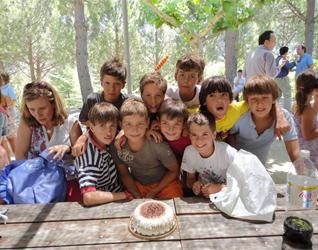 Chicos del campamento comparten momentos especiales de amistad y compañerismo.