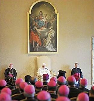 El Santo Padre se dirige a los obispos en la residencia pontificia de Castel Gandolfo.