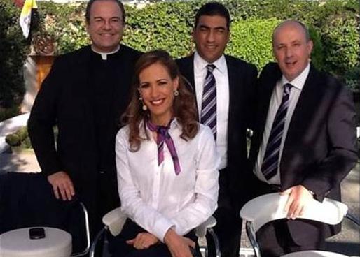 El P. Cipriano Sánchez, L.C. con el equipo de TV Azteca.