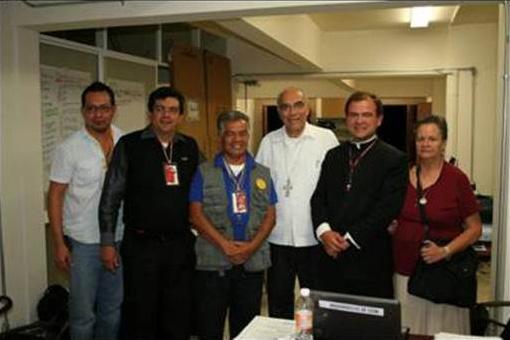 El P. Miguel Agustín Elizalde con el equipo de la comisión de medios escritos de la arquidiócesis de León.