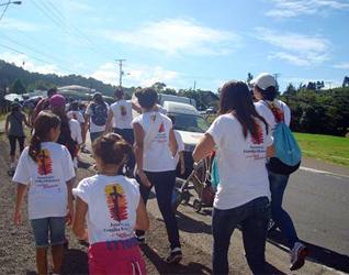 Juventud y Familia Misionera de Costa Rica peregrinando hacia el santuario.