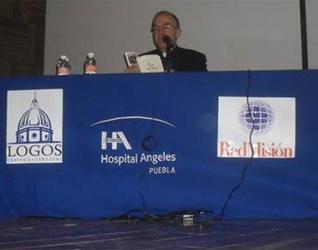 El P. Ramón Lucas, L.C., en una de las conferencias ofrecidas en el auditorio del hospital Ángeles de la ciudad de Puebla.