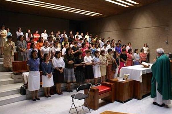 El P. Montán celebra una misa para las consagradas en uno de los altares de la Basílica de Guadalupe.