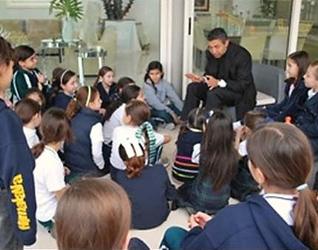 El P. Alejandro en una chorchita con niñas de NET en el Colegio Himalaya de Monterrey.