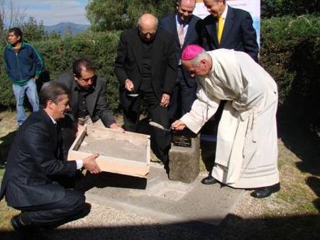 Mons. Francisco Ramírez, junto con el P. Gregorio López, L.C., prepara el lugar para colocar la primera piedra.