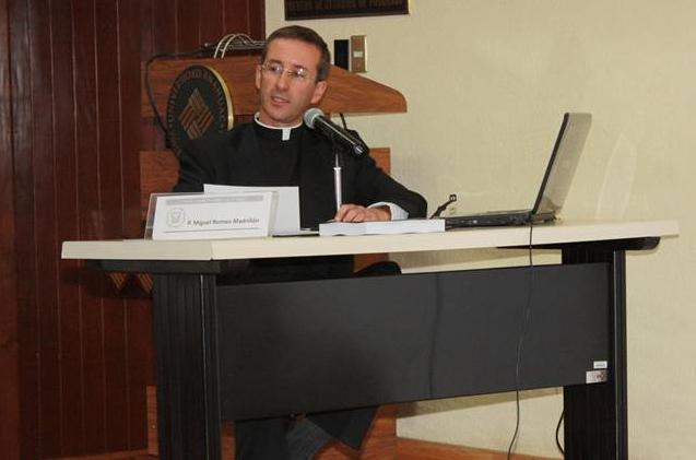 El P. Miguel Romeo Madriñán, L.C. en un momento del exámen.