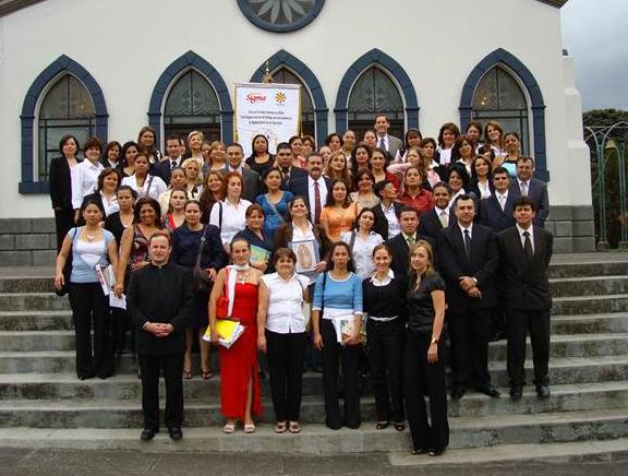 Graduación de señoras de ANSPAC, acompañadas por sus formadores y por el P. Eloy Bedia, L.C.