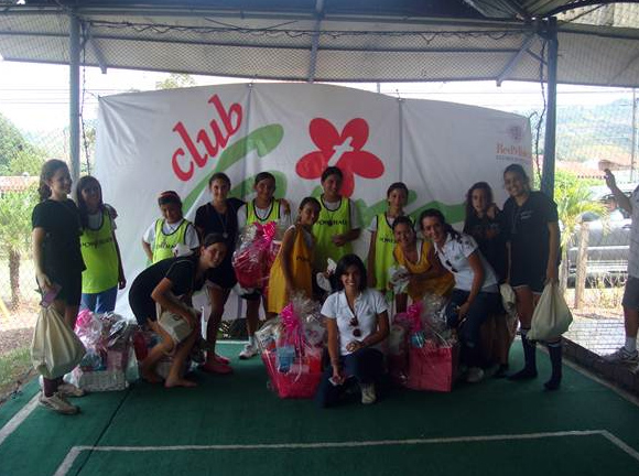 Club Giro organizando actividades recreativas y formativas para las chicas.