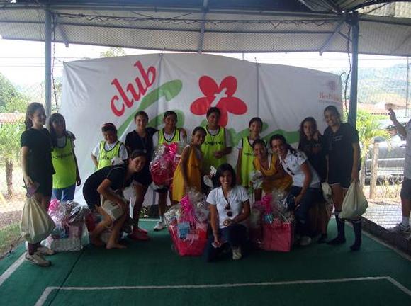Club Giro organizando actividades recreativas y formativas para las chicas.